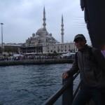 Sous le pont, la mosquée neuve au loin