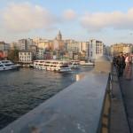 Sur le pont, la tour de Galata au loin
