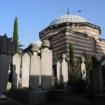 les stèles surmontées d'un turban appartiennent à des hommes importants