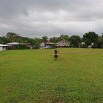 un cavalier traverse le terrain de foot !